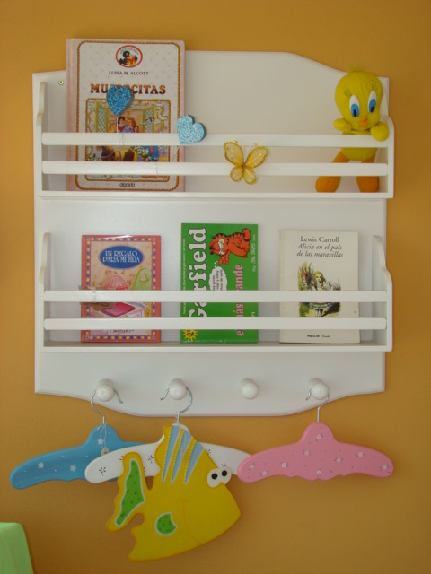 Muebles infantiles portacuentos 2 estantes con perchero for Pegatinas infantiles para muebles