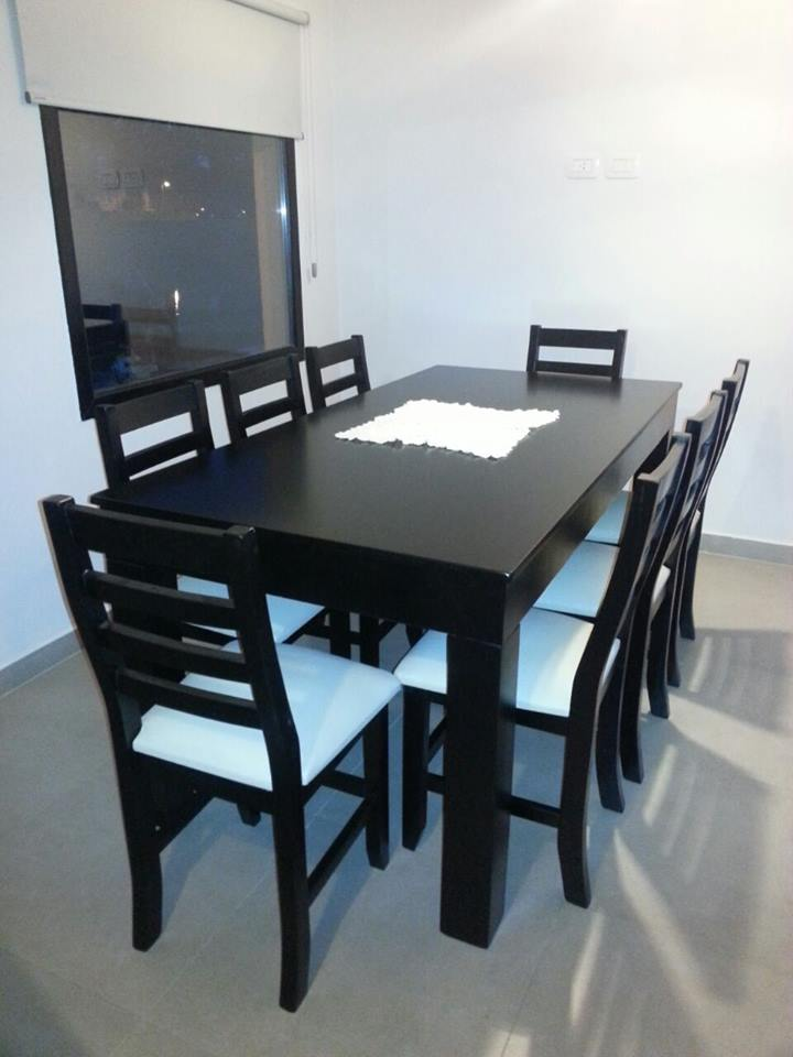 Juego de comedor con mesa trampa y sillas tapizadas for Mesa y sillas comedor